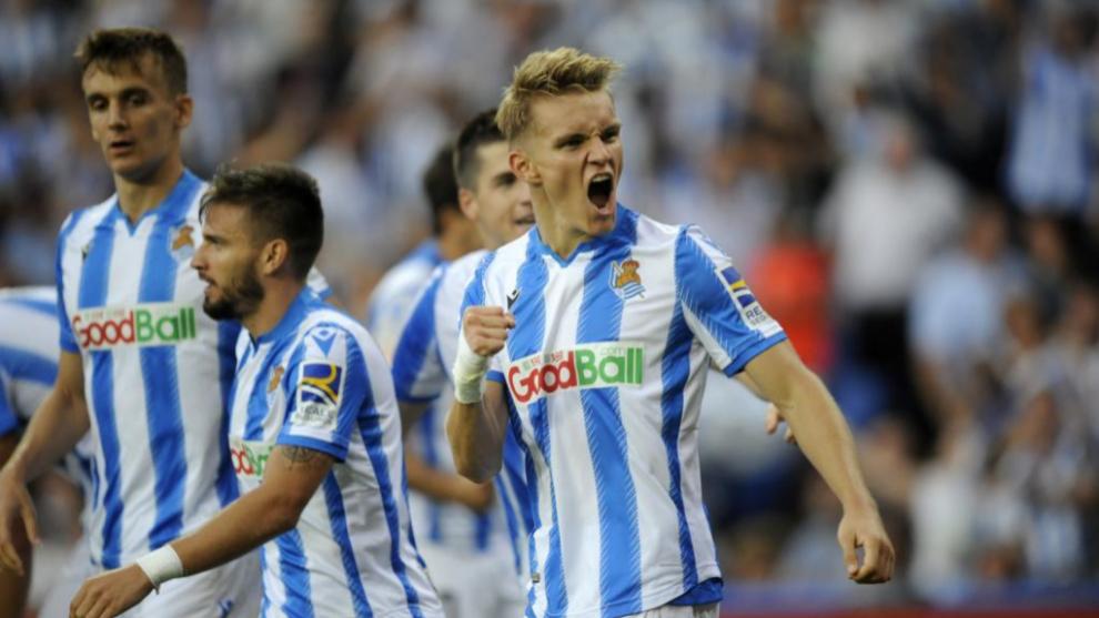Odegaard celebra un gol con la elástica de la Real Sociedad.