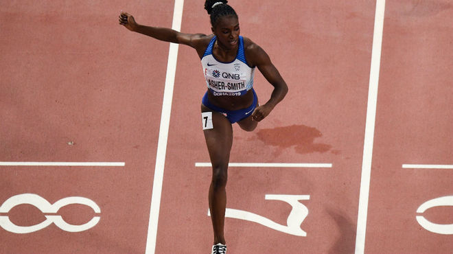 Dina Asher-Smith cruza la meta en la final de los 200 metros