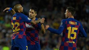 Luis Suárez es felicitado tras lograr el tanto del empate.