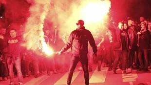 Varios ultras portan bengalas en los prolegómenos de un partido entre...