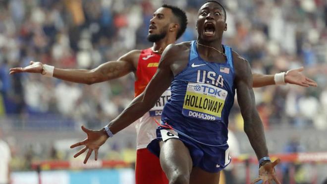 Grant Holloway celebra su triunfo con Ortega detrás quejándose de la...
