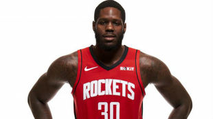 Anthony Bennett posa con la camiseta de los Houston Rockets en el...