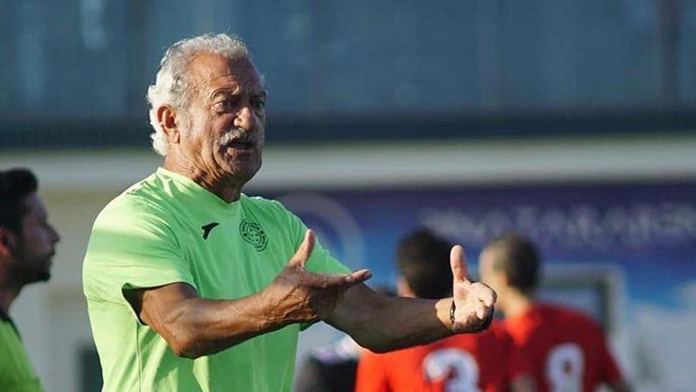 Vidal da instrucciones a los jugadores durante un partido