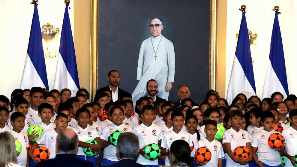 Javier Tebas posa con un grupo de niños de los que se verán...