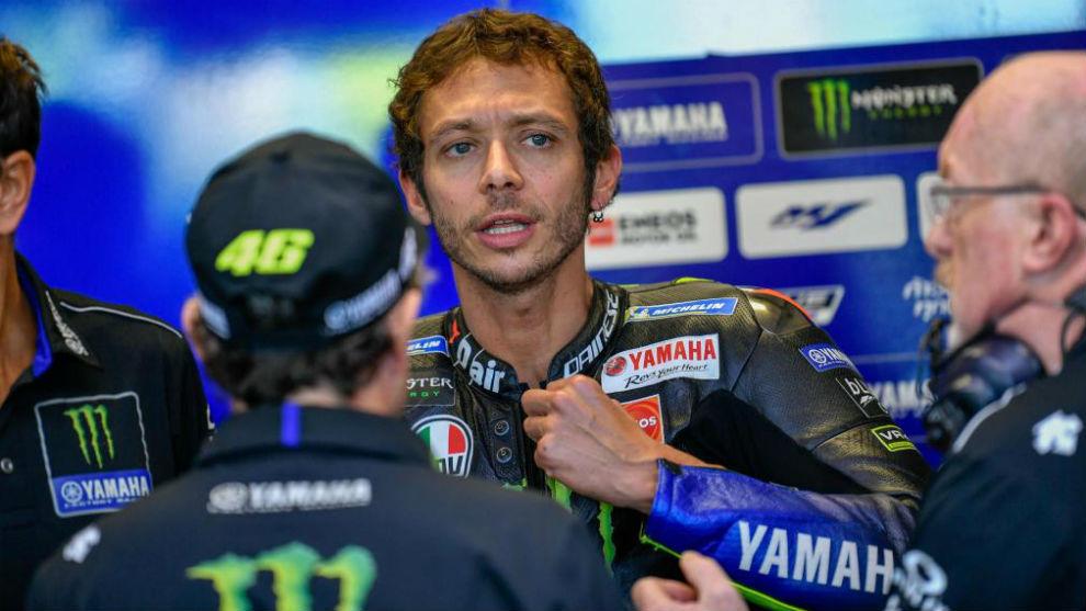 Rossi, con su equipo, en Misano.