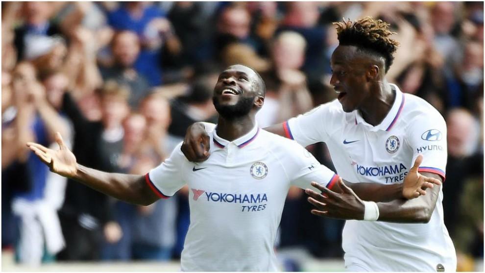 Tomori celebra junto a Abraham su gol frente al Wolverhampton.