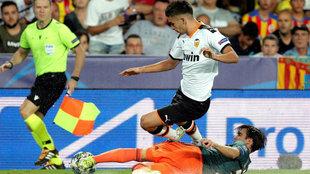 Ferran intenta evitar una entrada de un defensa del Ajax.