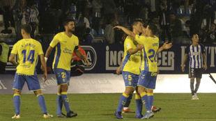 Los jugadores de Las Palmas celebran uno de los dos tantos logrados...