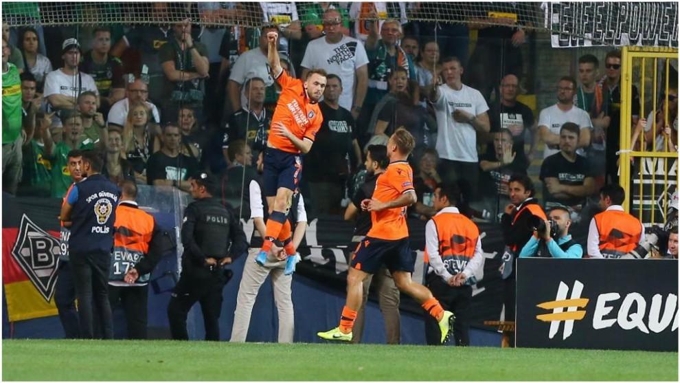 Edin Visca celebra el gol logrado contra el Gladbach.