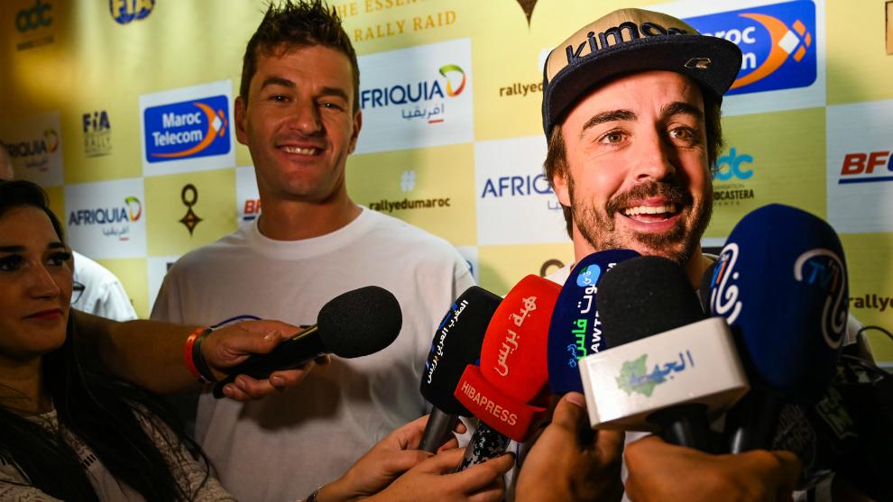Alonso atiende a la Prensa en Marruecos.
