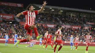 Marc Gual festeja el segundo tanto del Girona ante el Deportivo.