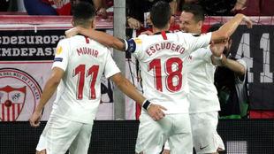 Chicharito (31) recibe las felicitaciones de Munir (24) y Escudero...