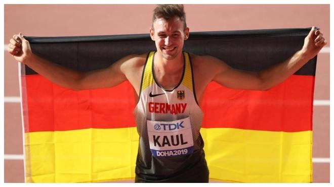 Niklas Kaul celebra su triunfo en el decatlón