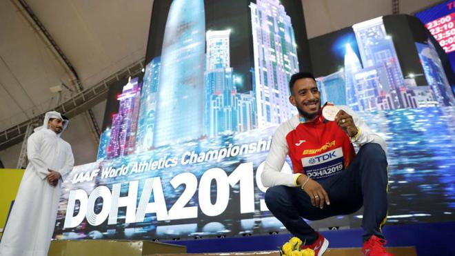 Orlando Ortega posa con su medalla en el gigantesco podio del Khalifa...