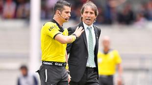 El árbitro Fernando Hernández recibiendo reclamos de Guillermo...