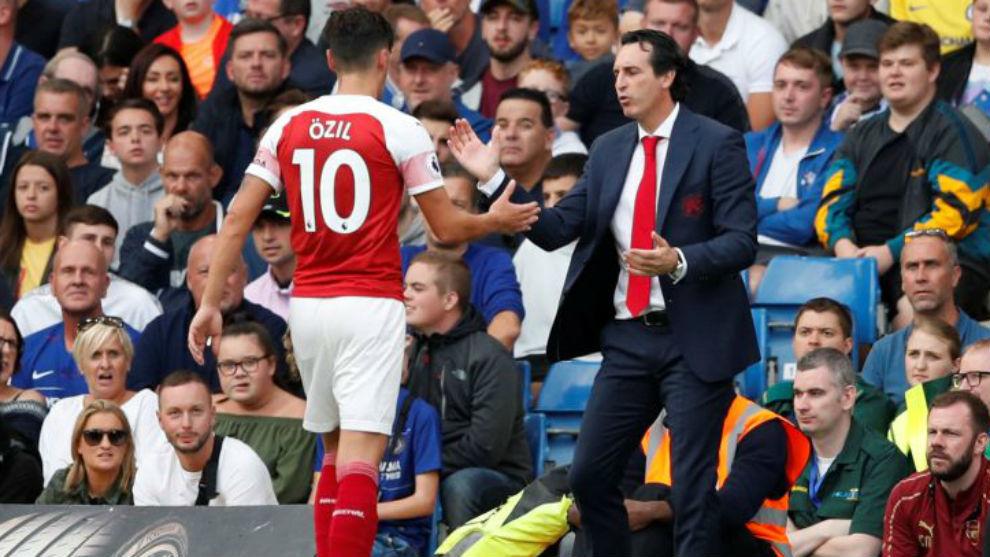 Unai Emery (47) y Mesut Özil (30).