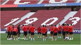 Los jugadores del Atlético durante el entrenamiento en el Wanda