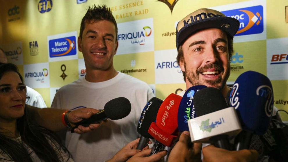 Fernando Alonso y Marc Coma en la previa del rally de Marruecos.