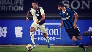 Cristiano Ronaldo conduce el balón en el partido Juventus - Inter de...