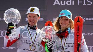Marcel Hirscher y Mikaela Shiffrin posan con su Globo de Cristal.