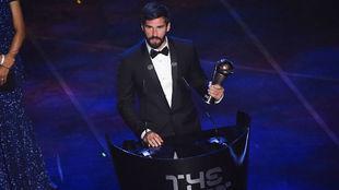 """Alisson Becker (27) recogiendo el premio """"The Best"""" a mejor..."""