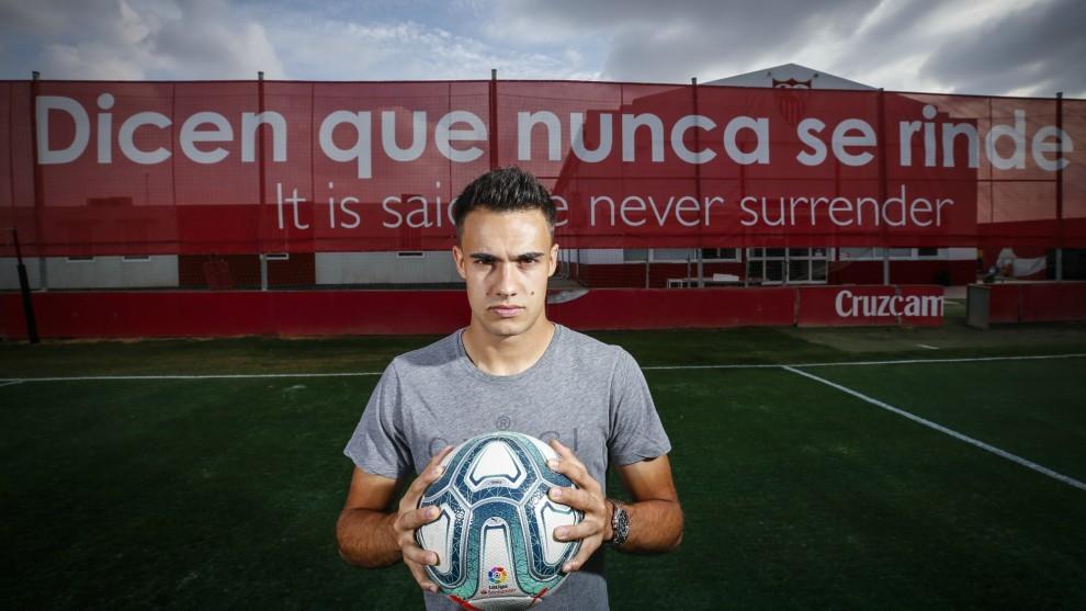 Reguión posa para MARCA en la Ciudad Deportiva del Sevilla.