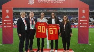 Marta Torrejón y Silvia Meseguer reciben una camiseta con sus...