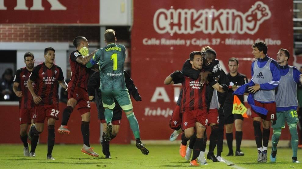 Los jugadores el Mirandés celebran el gol de Matheus al Lugo el...