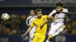 Fran García centra un balón ante la presión de Miakushko