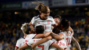 Las jugadoras de la selección española celebran un gol ante...