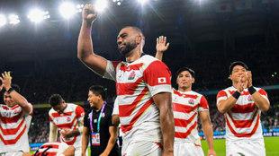 Michael Leitch y la selección de Japón saludan al público teas su...