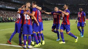Los jugadores del Eibar celebran el gol de Orellana en el Villamarín.