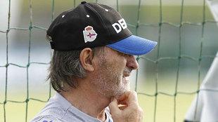 Juan Antonio Anquela, pensativo ante la crisis de resultados de su...