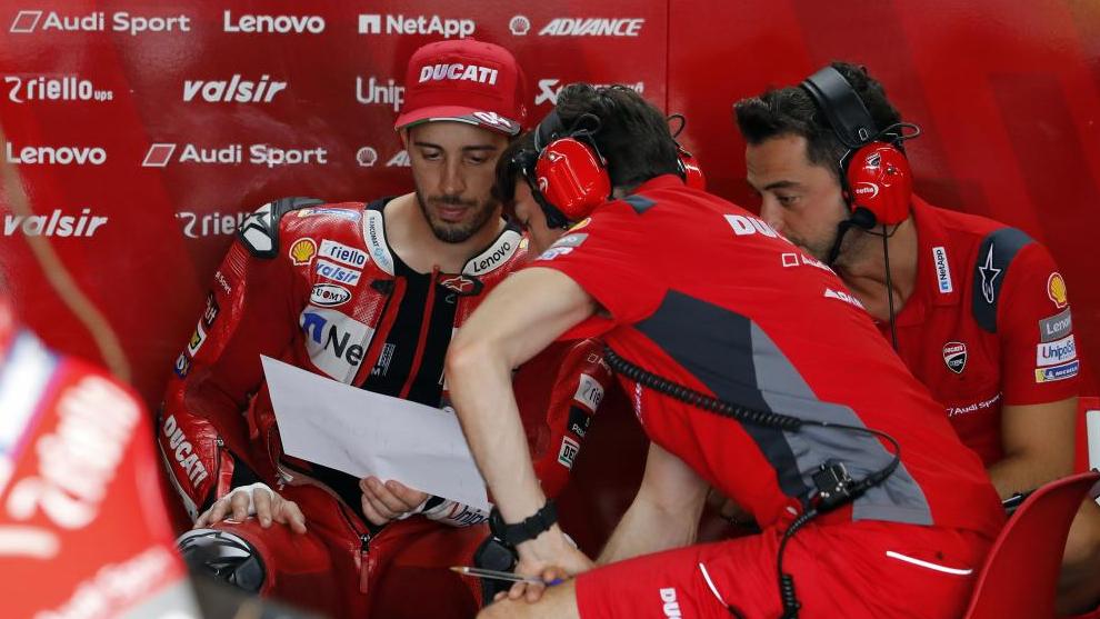 Andrea Dovizioso, en el box de Ducati.