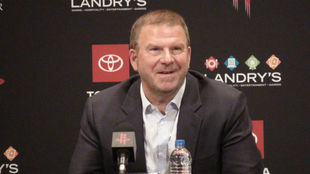 Tilman Fertitta, propietario de los Rockets, en una rueda de prensa