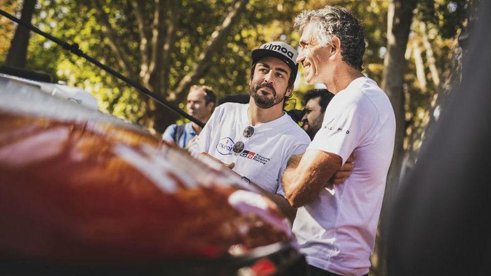 Alonso, junto a su fisio, Edo Bendinelli
