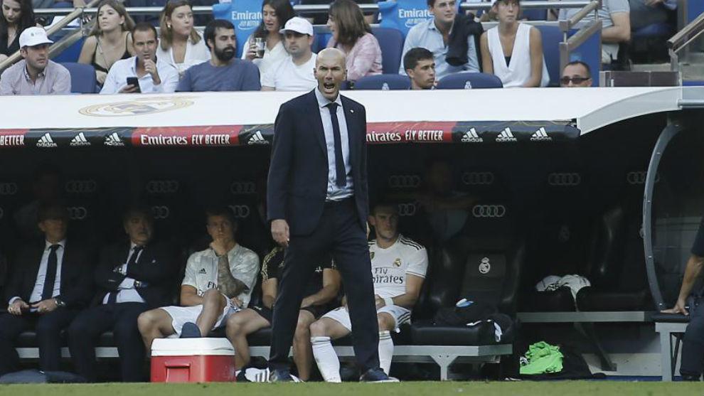 Zidane celebra un gol del Madrid ante el Granada desde la banda