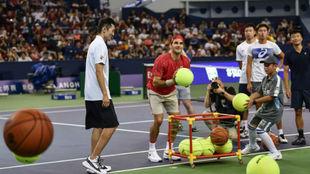 Federer jugando a baloncesto en el Qi Zhong de Shangái