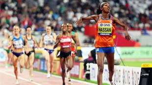 Sifan Hassan cruza la línea de meta con una gran ventaja sobre sus...