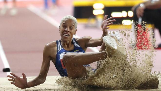 Yulimar Rojas durante uno de sus saltos en el Mundial de Doha.