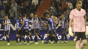 Los jugadores de la Ponferradina celebran el gol de Kaxe ante el...