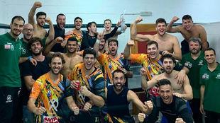 Los jugadores del Puente Genil celebran su primera victoria /