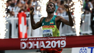 El etíope Lelisa Desisa cruza la meta en el maratón del Mundial de...