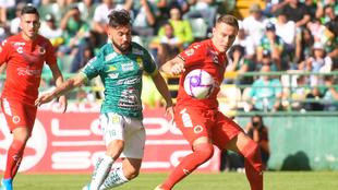 Meneses (izquierda) y González (derecha) peleando por el balón.