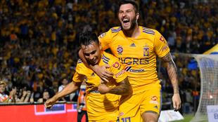 Zelarayán y Gignac celebrando un gol de los Tigres.