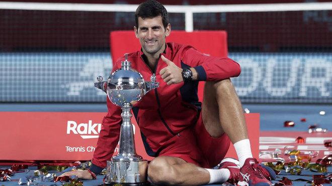 Djokovic posa con la Copa de campeón en Tokio.
