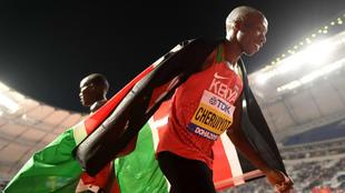 Timothy Cheruiyot celebra con la bandera de Kenia su triunfo en los...