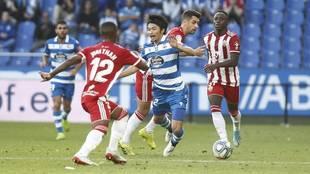 Gaku cae tras ser derribado por uno de los tres jugadores del Almería...