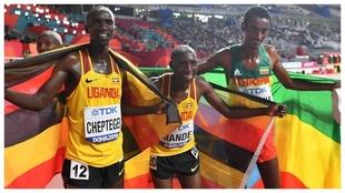 Joshua Cheptegei posa con los otros dos compañeros de podio del...