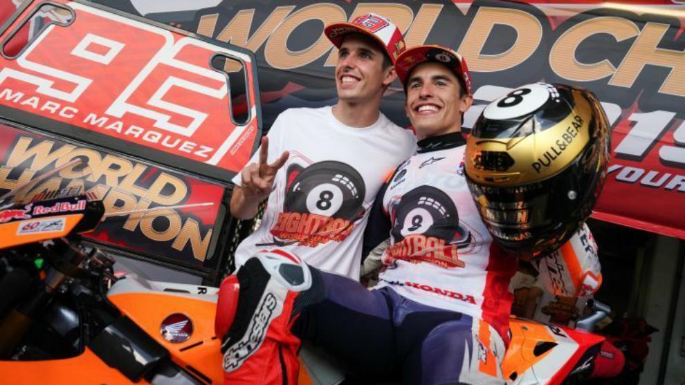 Los hermanos Márquez, tras ganar Marc su octavo Mundial.